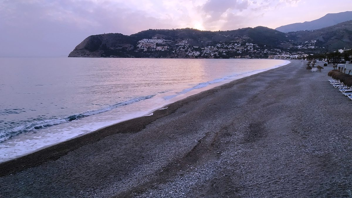 Playa de La Herradura sin gente a las 21 horas.