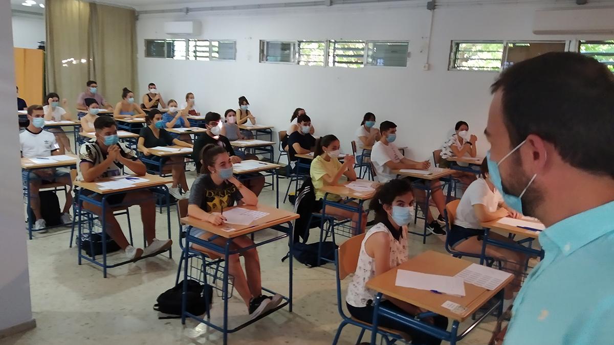 El concejal de Educación desea suerte a los alumnos.