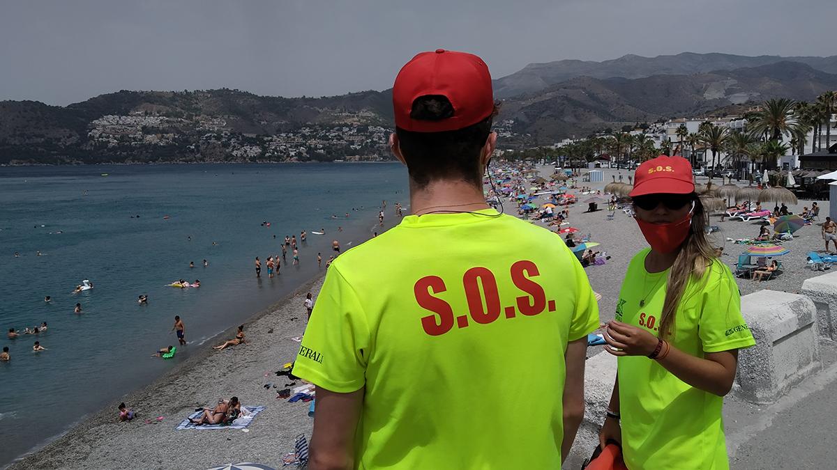 Socorristas en playa de La Herradura.